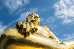 Μεγάλο χρυσό άγαλμα του Βούδα με το μπλε ουρανό στο χρυσό τρίγωνο, Ταϊλάνδη Στοκ Εικόνες