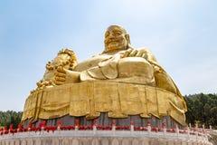 Μεγάλο χρυσό άγαλμα του Βούδα σε Qianfo Shan, Jinan, Κίνα Στοκ Εικόνες