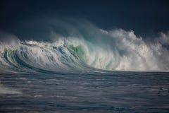 Μεγάλο ωκεάνιο κύμα στο δραματικό φως Στοκ Εικόνες