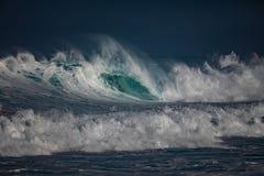 Μεγάλο ωκεάνιο κύμα στο όμορφο φως Στοκ Εικόνα