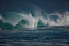 Μεγάλο ωκεάνιο κύμα στο όμορφο φως Στοκ φωτογραφία με δικαίωμα ελεύθερης χρήσης