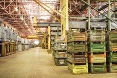 Μεγάλο δωμάτιο αποθήκευσης με τα κιβώτια μετάλλων Στοκ Εικόνα