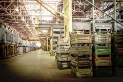 Μεγάλο δωμάτιο αποθήκευσης με τα κιβώτια μετάλλων Στοκ Εικόνες