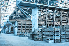 Μεγάλο δωμάτιο αποθήκευσης με τα κιβώτια μετάλλων Στοκ εικόνα με δικαίωμα ελεύθερης χρήσης