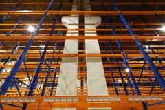Μεγάλο δωμάτιο αποθήκευσης με τα ράφια Στοκ Εικόνες