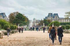 Μεγάλο Bassin Rond και Arc de Triomphe du ιπποδρόμιο στο Παρίσι Στοκ Φωτογραφία