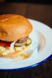 Μεγάλο burger σε ένα πιάτο Στοκ Φωτογραφίες