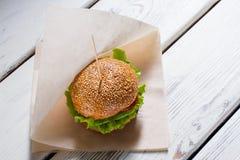Μεγάλο burger σε ένα ραβδί Στοκ εικόνα με δικαίωμα ελεύθερης χρήσης