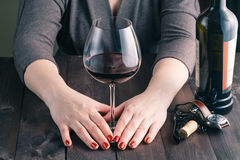 μεγάλο dof θηλυκό χέρι γυαλιού που κρατά το κόκκινο ρηχό κρασί Στοκ εικόνες με δικαίωμα ελεύθερης χρήσης
