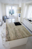 Μεγάλο granitic worktop στη φωτεινή κουζίνα Στοκ εικόνα με δικαίωμα ελεύθερης χρήσης