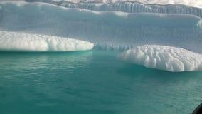 Μεγάλο Iicebergs που επιπλέει στη θάλασσα γύρω από τη Γροιλανδία απόθεμα βίντεο