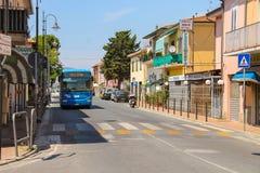Μεγάλο intercity λεωφορείο στην οδό μικρού χωριού Vada, Ιταλία στοκ φωτογραφίες