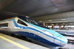Μεγάλο intercity τραίνο στην πλατφόρμα στοκ εικόνες με δικαίωμα ελεύθερης χρήσης