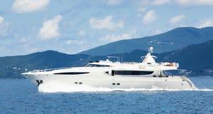 Μεγάλο motorboat πολυτέλειας ή γιοτ μηχανών στη θάλασσα στοκ φωτογραφίες