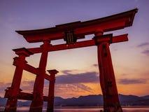 Μεγάλο Torii της λάρνακας Itsukushima στο ηλιοβασίλεμα Στοκ εικόνες με δικαίωμα ελεύθερης χρήσης