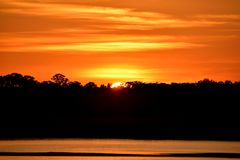 Μεγαλοπρεπές ηλιοβασίλεμα πέρα από τον ποταμό Φλώριδα, ΗΠΑ στοκ εικόνα με δικαίωμα ελεύθερης χρήσης