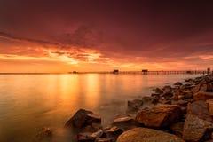 Μεγαλοπρεπές ηλιοβασίλεμα στις δομές ενός μπαμπού που γίνονται παραδοσιακά από τα LOC στοκ φωτογραφίες