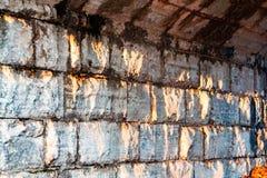 Μεγαλοπρεπές ηλιοβασίλεμα στον πέτρινο τοίχο στοκ φωτογραφία με δικαίωμα ελεύθερης χρήσης