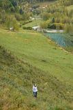 Μεγαλοπρεπές τοπίο βουνών Δασικό κορίτσι φθινοπώρου Στοκ Εικόνες