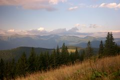 Μεγαλοπρεπές τοπίο βουνών με την ελαφριά ομίχλη στοκ φωτογραφίες