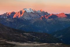 Μεγαλοπρεπές τοπίο με τη διάσημη αιχμή βουνών δολομιτών Marmolada στο υπόβαθρο στους δολομίτες, Ιταλία Ευρώπη Ζαλίζοντας φύση στοκ φωτογραφία