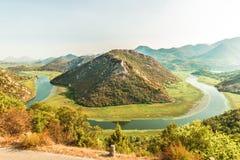Μεγαλοπρεπές τοπίο του Μαυροβουνίου - ποταμός Crnojevica που κάμπτει στο εθνικό πάρκο λιμνών Skadar Στοκ Εικόνες