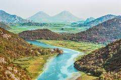 Μεγαλοπρεπές τοπίο του Μαυροβουνίου - ποταμός Crnojevica που κάμπτει στο εθνικό πάρκο λιμνών Skadar Στοκ Φωτογραφίες