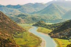 Μεγαλοπρεπές τοπίο του Μαυροβουνίου - ποταμός Crnojevica που κάμπτει στο εθνικό πάρκο λιμνών Skadar Στοκ φωτογραφίες με δικαίωμα ελεύθερης χρήσης