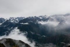 Μεγαλοπρεπής άποψη των Άνδεων στην υδρονέφωση στο ίχνος Inca Περού τρισδιάστατος νότος τρία απεικόνισης αριθμού της Αμερικής όμορ Στοκ φωτογραφία με δικαίωμα ελεύθερης χρήσης