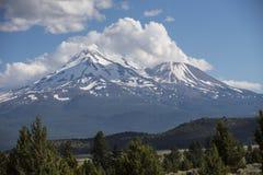 Μεγαλοπρεπής και μυστικός τοποθετήστε το ηφαίστειο Shasta, Καλιφόρνια στοκ εικόνες με δικαίωμα ελεύθερης χρήσης