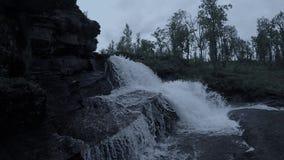 Μεγαλοπρεπής καταρράκτης βουνών γλυκού νερού στη βαθιά αγριότητα σε αργή κίνηση φιλμ μικρού μήκους