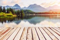 Μεγαλοπρεπής λίμνη βουνών στο εθνικό πάρκο υψηλό Tatra Pleso Strbske, Σλοβακία Στοκ εικόνα με δικαίωμα ελεύθερης χρήσης