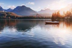 Μεγαλοπρεπής λίμνη βουνών στο εθνικό πάρκο υψηλό Tatra Pleso Strbske, Σλοβακία Στοκ φωτογραφία με δικαίωμα ελεύθερης χρήσης