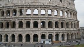 Μεγαλοπρεπής οικοδόμηση πετρών Coliseum στη Ρώμη, άνθρωποι που επισκέπτεται το ιταλικό ορόσημο απόθεμα βίντεο