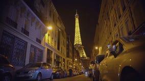 Μεγαλοπρεπής φωτισμένος πύργος του Άιφελ που λαμπιρίζει τη νύχτα, ρομαντικό σύμβολο του Παρισιού φιλμ μικρού μήκους