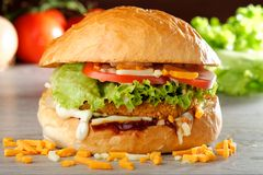 ΜΕΓΑΛΟ τριζάτο Burger κοτόπουλου Στοκ Φωτογραφία