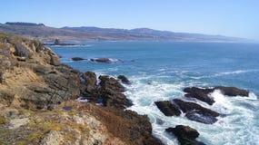 ΜΕΓΑΛΟ SUR, ΚΑΛΙΦΌΡΝΙΑ, ΗΝΩΜΈΝΕΣ ΠΟΛΙΤΕΊΕΣ - 7 ΟΚΤΩΒΡΊΟΥ 2014: Απότομοι βράχοι στη φυσική άποψη εθνικών οδών Pacific Coast μεταξύ στοκ φωτογραφία με δικαίωμα ελεύθερης χρήσης