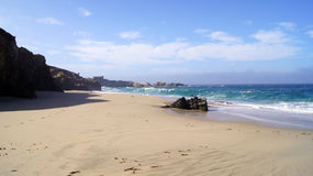 ΜΕΓΑΛΟ SUR, ΚΑΛΙΦΌΡΝΙΑ, ΗΝΩΜΈΝΕΣ ΠΟΛΙΤΕΊΕΣ - 7 ΟΚΤΩΒΡΊΟΥ 2014: Τεράστια ωκεάνια κύματα που συντρίβουν στους βράχους στην κρατική  στοκ φωτογραφία με δικαίωμα ελεύθερης χρήσης