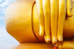 Μεγαλύτερη χρυσή συνεδρίαση αγαλμάτων του Βούδα στο δημόσιο ταϊλανδικό ναό wat muang στην επαρχία angthong, Ταϊλάνδη Στοκ Εικόνα