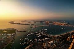 Μεγαλοπρεπές ζωηρόχρωμο νησί φοινικών του Ντουμπάι κατά τη διάρκεια του όμορφου ηλιοβασιλέματος αραβική μαρίνα εμιράτων το&upsi Στοκ Εικόνες