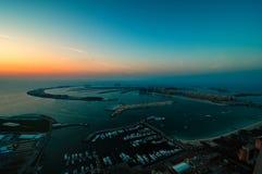 Μεγαλοπρεπές ζωηρόχρωμο νησί φοινικών του Ντουμπάι κατά τη διάρκεια του όμορφου ηλιοβασιλέματος αραβική μαρίνα εμιράτων το&upsi Στοκ εικόνα με δικαίωμα ελεύθερης χρήσης