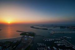 Μεγαλοπρεπές ζωηρόχρωμο νησί φοινικών του Ντουμπάι κατά τη διάρκεια του όμορφου ηλιοβασιλέματος αραβική μαρίνα εμιράτων το&upsi Στοκ Φωτογραφία