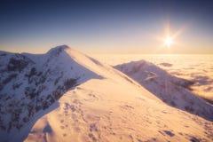 Μεγαλοπρεπές ηλιοβασίλεμα σε μια κοιλάδα υψηλών βουνών Στοκ εικόνες με δικαίωμα ελεύθερης χρήσης
