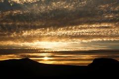 Μεγαλοπρεπές ηλιοβασίλεμα στα βουνά Στοκ Εικόνα