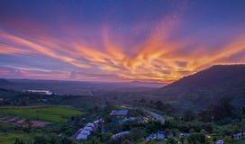 Μεγαλοπρεπές ηλιοβασίλεμα στο τοπίο βουνών στην περιοχή Π kho khao Στοκ φωτογραφίες με δικαίωμα ελεύθερης χρήσης