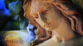 Μεγαλοπρεπής άποψη του παλαιού αγγέλου φυλάκων αγαλμάτων στο φως του ήλιου & x28  Στοκ Φωτογραφίες