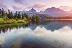Μεγαλοπρεπής λίμνη βουνών στο εθνικό πάρκο υψηλό Tatra Pleso Strbske, Σλοβακία, Ευρώπη Στοκ φωτογραφίες με δικαίωμα ελεύθερης χρήσης