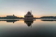 Μεγαλοπρεπής ανατολή στο μουσουλμανικό τέμενος Putra, Putrajaya Μαλαισία κατά τη διάρκεια του μέρους στοκ εικόνες