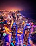 Μεγαλοπρεπής ζωηρόχρωμος ορίζοντας μαρινών του Ντουμπάι κατά τη διάρκεια της νύχτας αραβική μαρίνα εμιράτων το&upsi στοκ φωτογραφίες