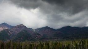 Μεγαλοπρεπή βουνά, κινούμενες σύννεφα και ηλιοφάνεια Χρονικό σφάλμα Ανατολή Sayan, Σιβηρία απόθεμα βίντεο